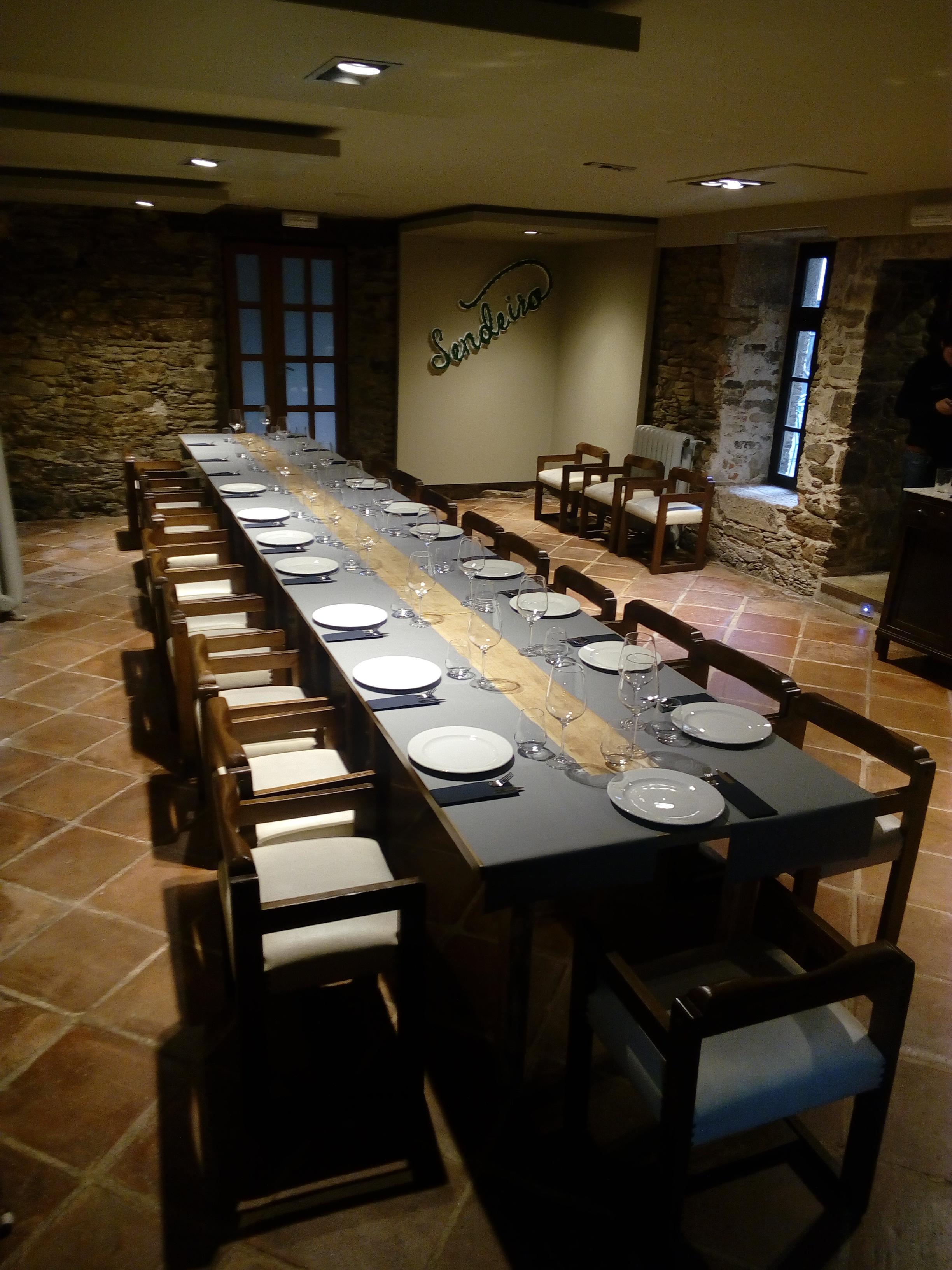Menús para grupos en el salón principal del restaurante o sendeiro