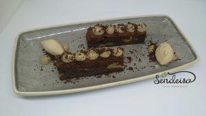 Brownie con crema de café y helado de avellana