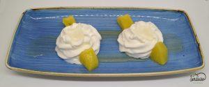 Piña cítrica con espuma de yogur y leche de coco