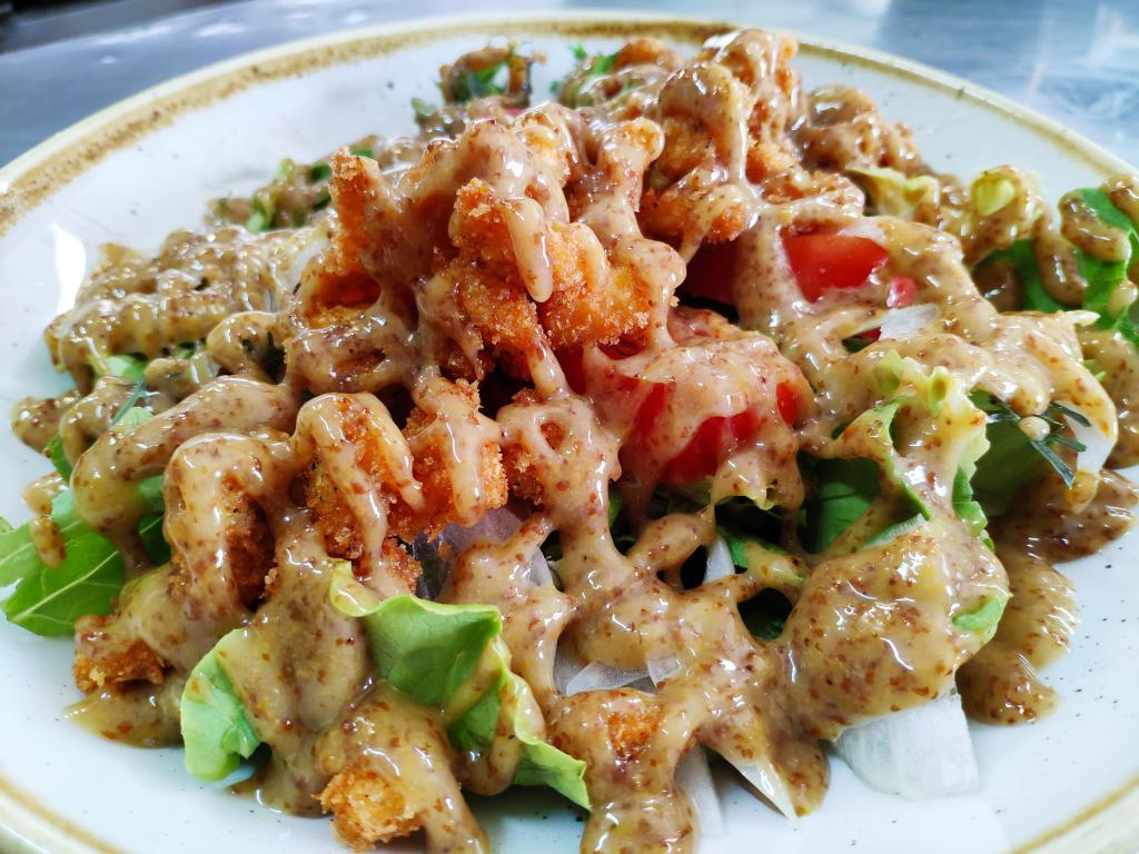 Ensalada de pollo con salsa de miel y mostaza